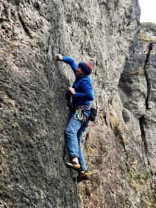 Deutschland Klettern am Römerstein Andreas greift an